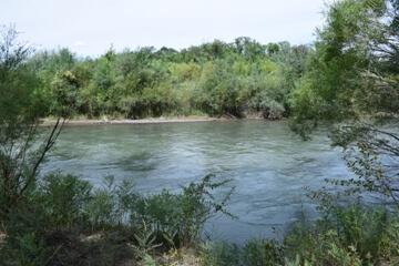 otdyh-v-kazahstane-letom-na-reke-charyn.jpg