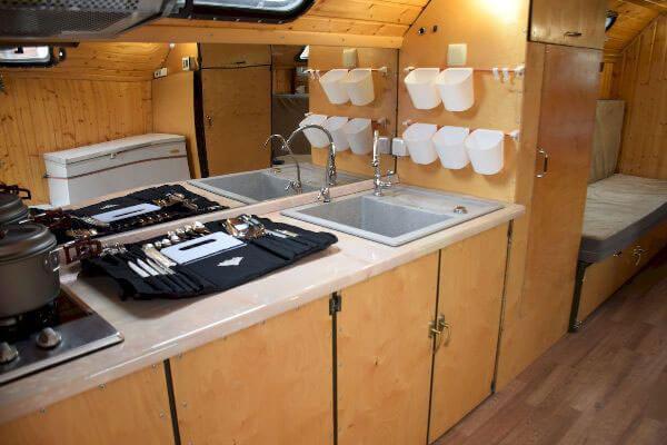 Автодом на колесах с кухней внутри